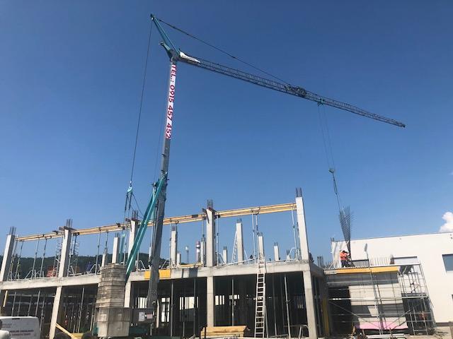 Samoskladací žeriav Žeriav Cattaneo CM 82S4 - výstavba polyfunkčnej budovy v Kysuckom Novom Meste | TOP CRANES